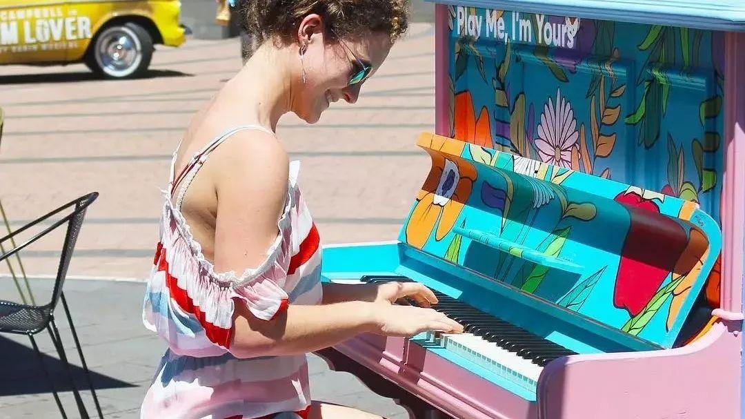 他在街头随意放了21架钢琴,结果神奇的事情发生了···